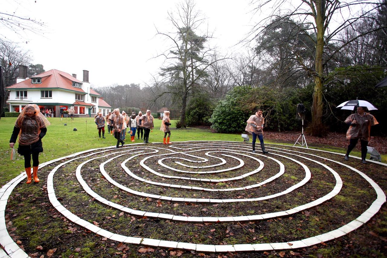 In een doolhof loop je verloren. In een labyrint vind je jezelf.